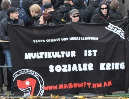 Marie Leder und andere halten das Fronttransparent der 'Nationalen Sozialisten Wuppertal'